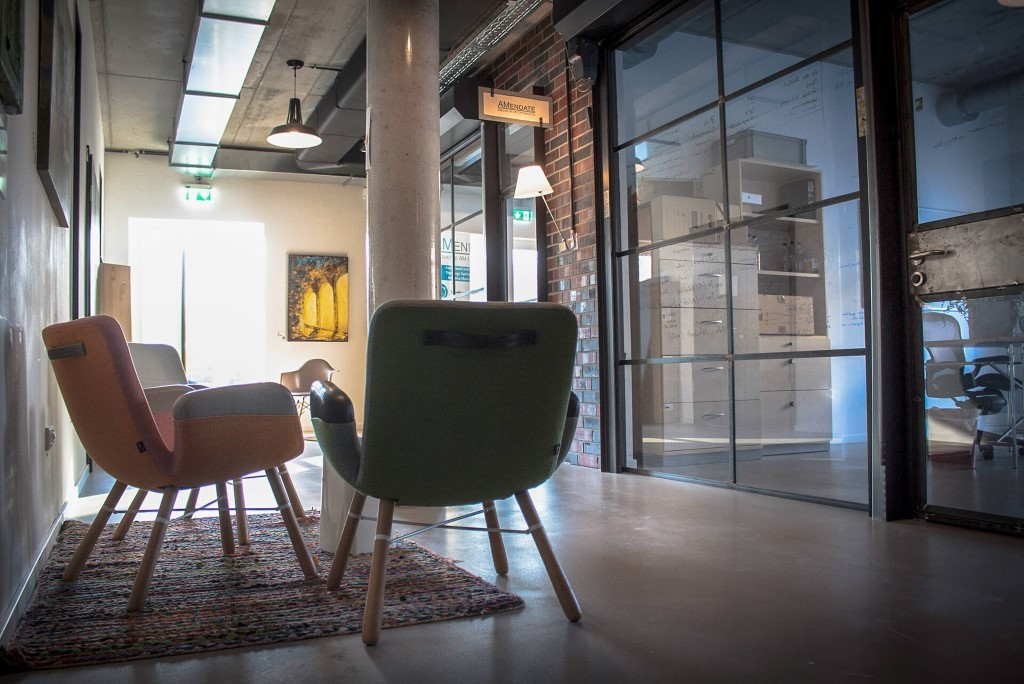 Ein Bild, das drinnen, Stuhl, Raum, lebend enthält.  Automatisch generierte Beschreibung